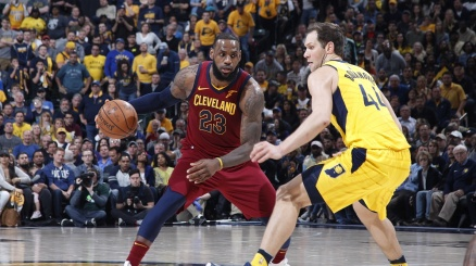NBA, James pareggia la serie con Indiana