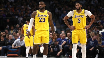 NBA, i Lakers spazzano via i Nuggets