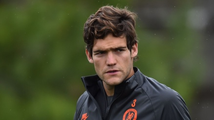 Marcos Alonso strizza l'occhio all'Inter