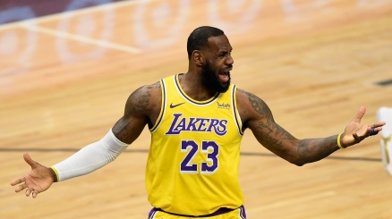 NBA, Lebron James superlativo ma non basta