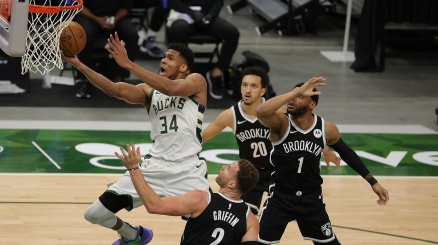 NBA, super Antetokounmpo schianta ancora Brooklyn